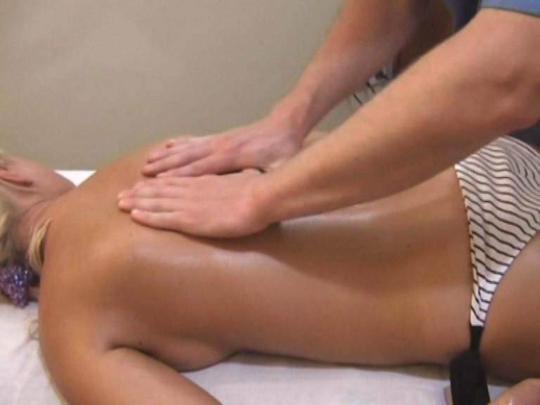 Плавно переходим к массажу плеч и грудного отдела.