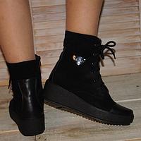 Ботинки из натурального замша с вставками из натуральной кожи, декорированы фурнитурой
