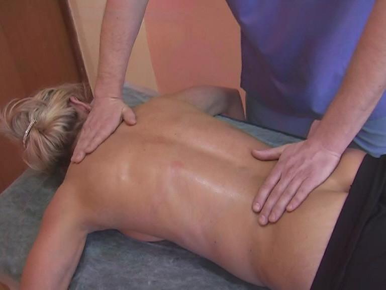 Для начала необходимо нанести массажное масло на все участки тела где будет проводится массаж.