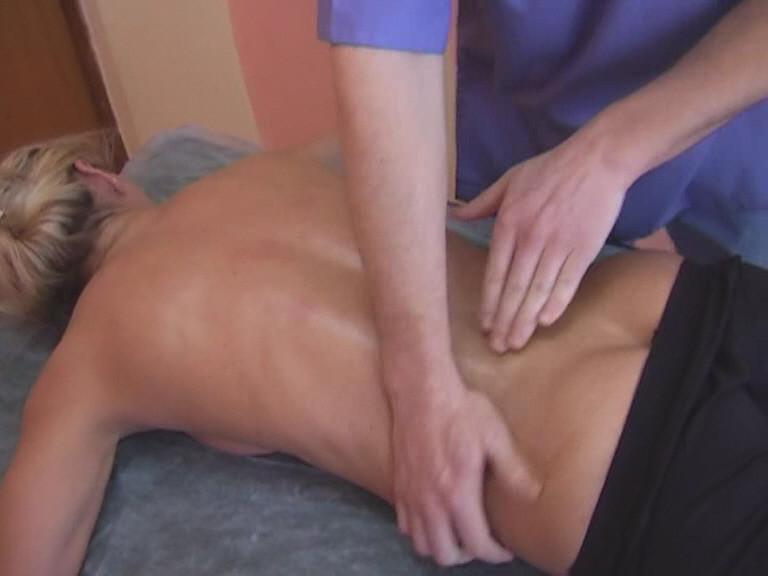 Необходимо дать некоторое время телу привыкнуть к прикосновению ваших рук и чтобы температура рук мастера и температура кожи спины клиента уравновесились.
