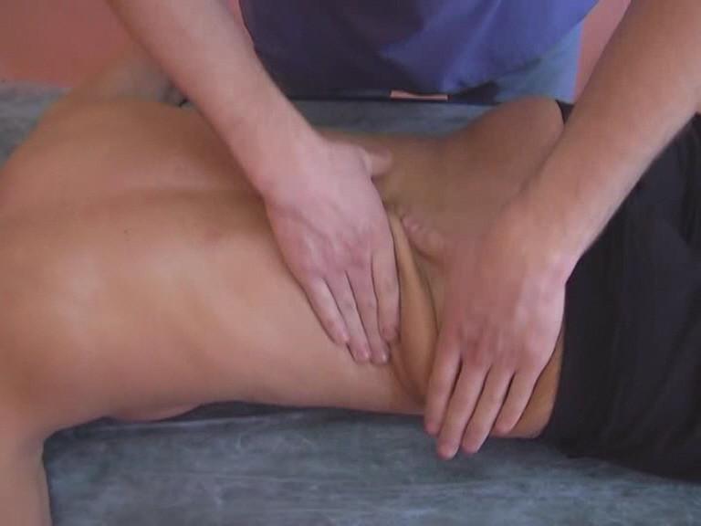 Растирание выполняют на всей плоскости массажа: от затылочной области до поясницы.