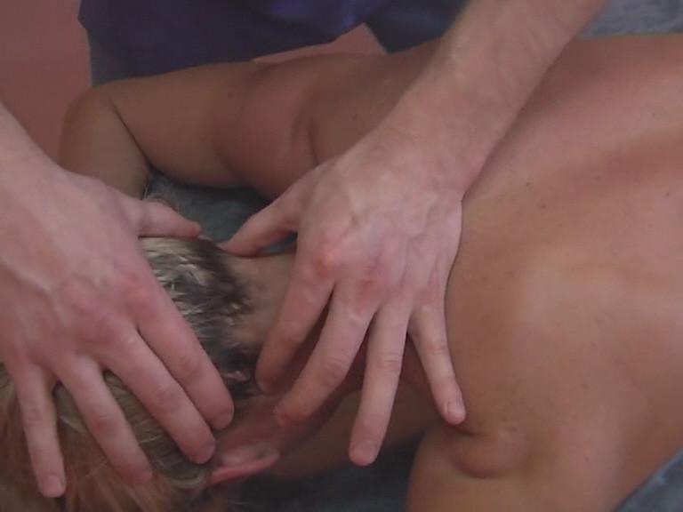 Массаж необходимо проводить очень осторожно так как мышцы шейно-воротниковой зоны очень маленькие, и после сильной проработки могут очень болеть.