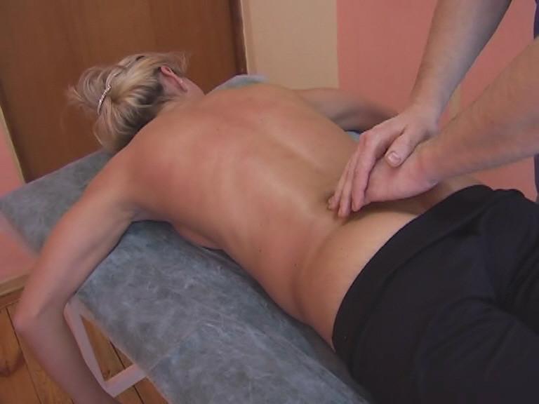Отдельно необходимо провести глубокое разминание мышц вдоль хребта.