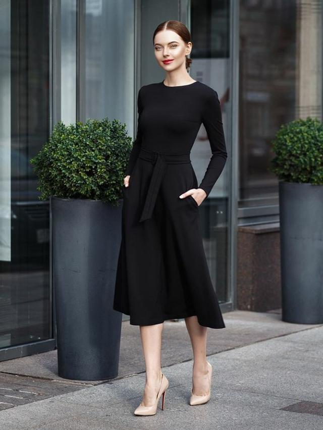 Женское платье ниже колен