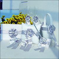 Свадебная коллекция аксессуаров в белом с атласными серыми лентами