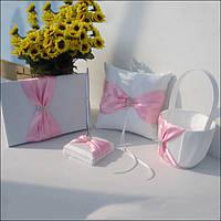 Красивый белый набор аксессуаров с розовой лентой и стразами