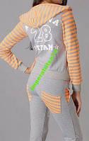 Женский трикотажный спортивный костюм.