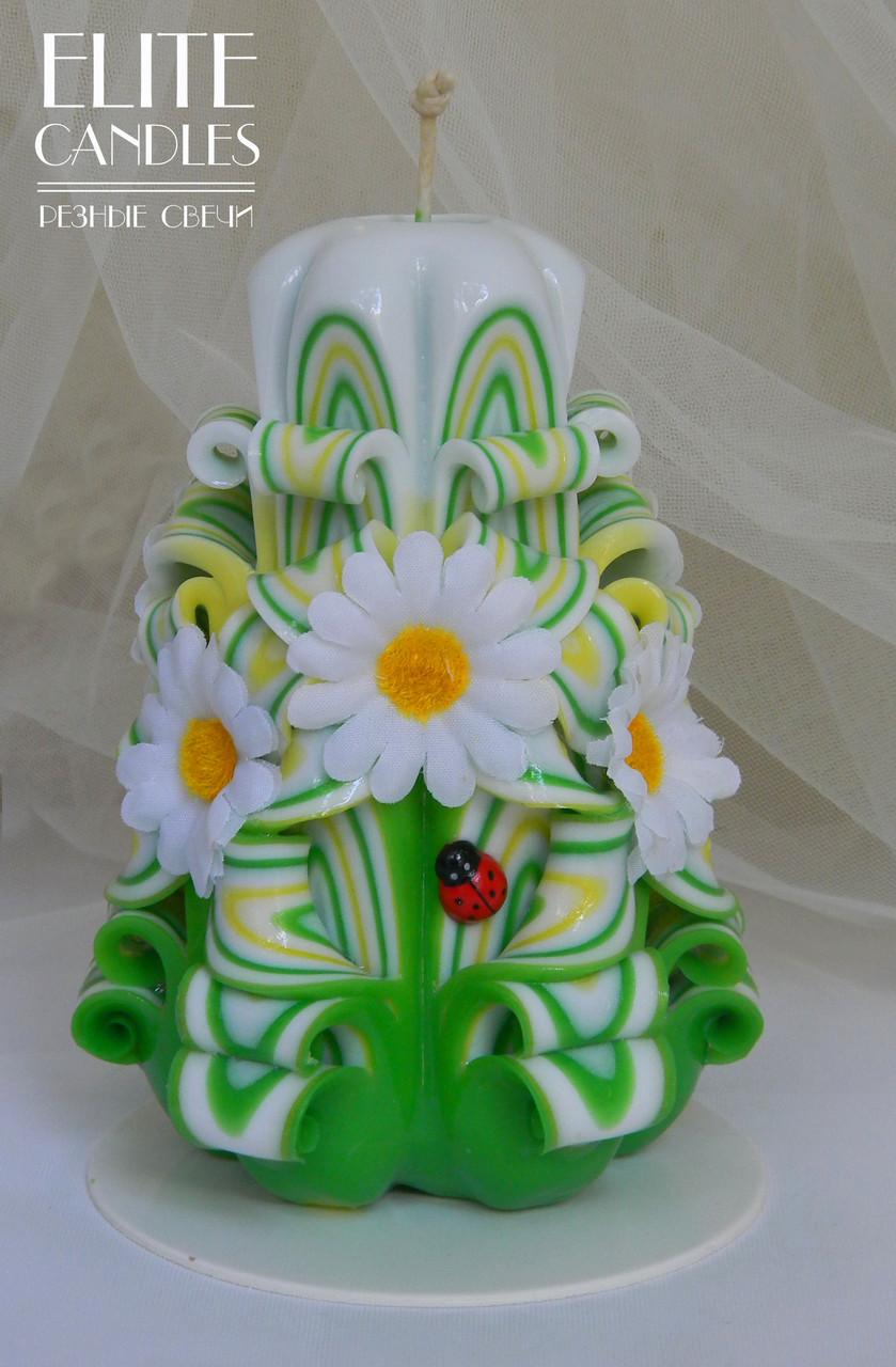 Свічка різьблена з білими ромашками 14 см заввишки, зелено-червоного забарвлення, ручна робота