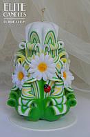 Свеча резная с белыми ромашками 14 см высотой, зелено-красной окраски, ручная работа