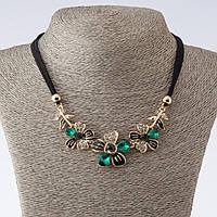 """Колье на шнурах Цветы с зелеными кристаллами L-42-47см  цвет металла """"золото"""""""