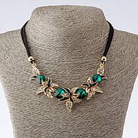 """Колье на шнурах """"Ночная фиалка""""   с зелеными кристаллами L-42-47см  цвет металла """"золото"""""""