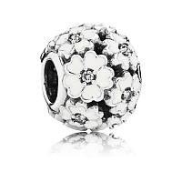 Серебряный шарм Пандора (Pandora) белые примулы на лугу