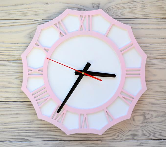 Часы настенные розовые Riga
