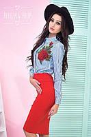 Модный женский костюм с яркой юбкой и стильной рубашкой