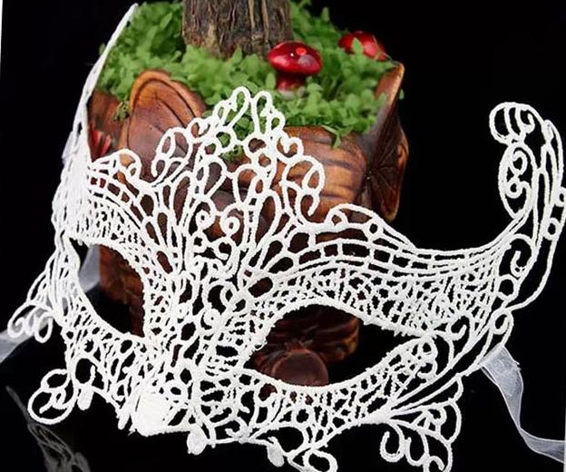 Праздничная маска белая из кружева