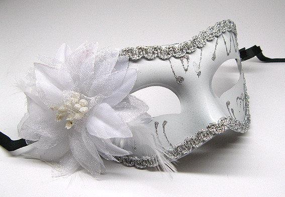 Белая маска карнавальная с цветком