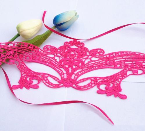 Розовая маска для праздника из кружев