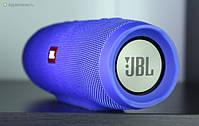 JBL Charge J3+ — влагозащищенная беспроводная акустика, которая сочетает двойную функцию беспроводной акустики и портативной батареи. То есть, модель позволит вам слушать музыку без проводов и при этом заряжать мобильные устройства без розетки.