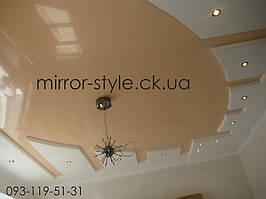 Сложный глянцевый натяжной потолок цвета сафари.
