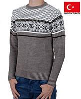 Модный молодежный свитер с узорами.