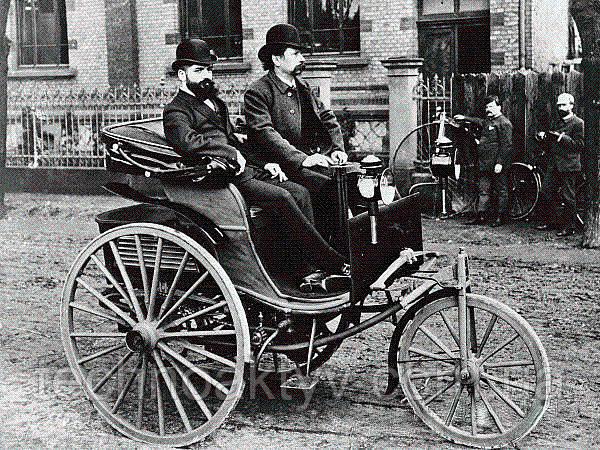 1886г. - независимо от Бенца, свой моторизованный экипаж создал инженер-конструктор Готлиб Даймлер. Даймлер собрал одиночный цилиндр четырёхтактного двигателя внутреннего сгорания. Он должен был быть установлен в каретах. При разработке новой технологии Даймлеру помогал инженер Вильгельм Майбах.