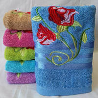 Яркие банные махровые полотенца с вышитыми тюльпанами  Размер 140*70.