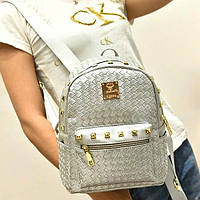 Серебристый женский рюкзак.