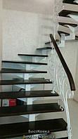 Отделка металлического каркаса лестницы с забежными ступенями деревом
