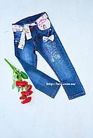 Стильные синие джинсы  с поясом в цветы на девочку