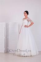 Свадебное платье  с кружевом по низу юбки и рукавом