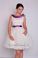Пышное коктельное платье с лиловым поясом и воротником