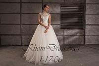Красивое пышное платье, украшено кружевом