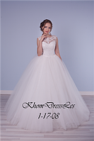 Пышное платье, украшено кружевом, расшито бисером и хрусталём