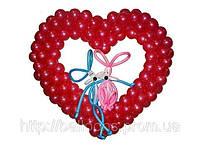 Зайцы из воздушных шариков в сердечке из маленьких шаров, фото 1