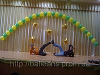 Арка из гелиевых шаров на заднике сцены