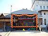 Украшение уличной сцены гирляндой из воздушных шаров