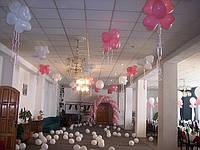 Арка из воздушных шаров внутри помещения