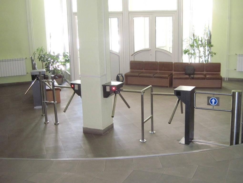 """Организация контроля прохода учеников и посетителей в вестибюле """"Введенской Гимназии №107""""."""