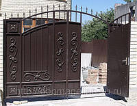 Распашные металлические ворота с элементами ковки