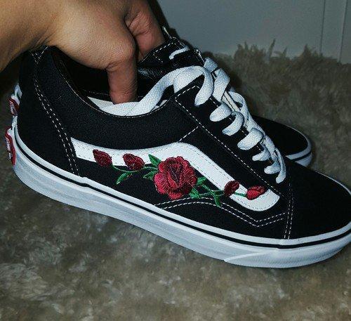 Кроссовки Vans Old Skool, цвет черный, по бокам розочка, с белой полоской, 07908c389a7