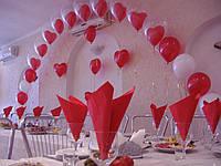 Арка из гелиевых шаров над столом молодых