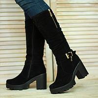 Женские сапоги из натурального замша черного цвета на устйчивом каблуке декорированы пряжкой