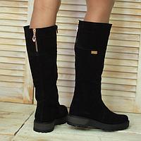 Женские сапоги из натуральной замши черного цвета на низком ходу декорированы молнией