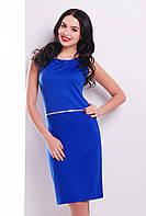 Элегантное женское платье футляр цвета электрик без рукавов с декоратиным поском
