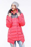 Женская куртка декорирована отстежным мехом