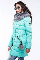 Зимняя куртка украшена декоративными помпонами