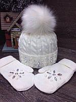 Женская белая шапка с натуральным мехом и жемчугом