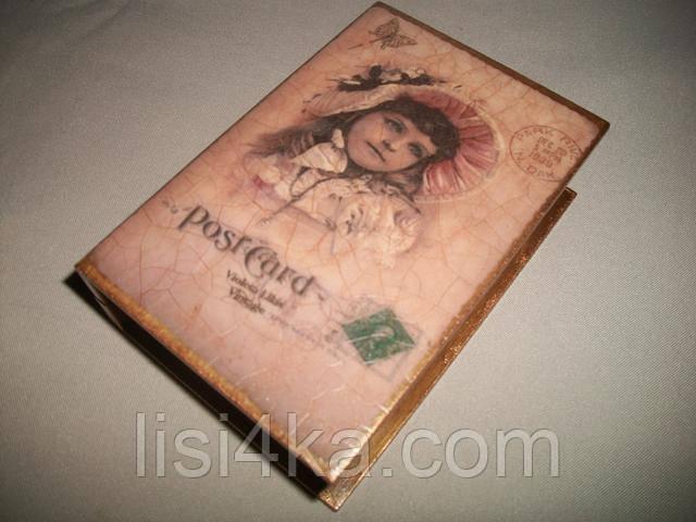 Деревянная коричневая шкатулка-книга с маленькой девочкой