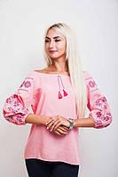 Женская блуза украшена вышивкой в виде геометрического узора, розовая
