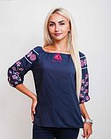 Женская блуза украшена вышивкой в виде геометрического узора, темно-синяя